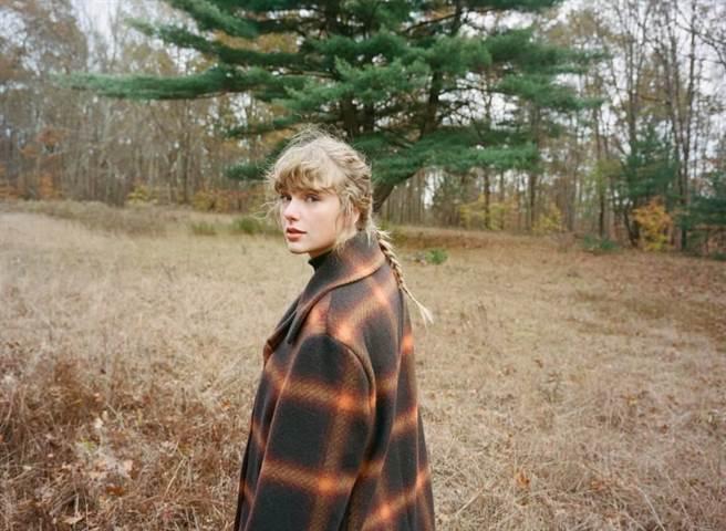 泰勒絲半年內又再推出新專輯《恆久傳說/evermore》。(環球音樂提供)