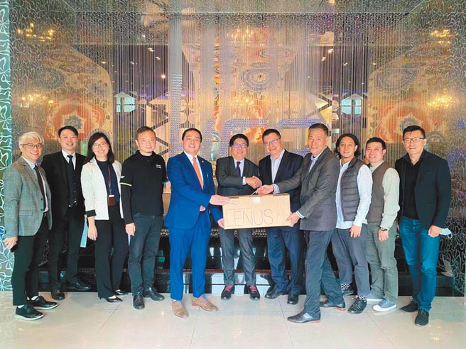 菲律賓駐台商務代表葛麥克(左五起)、菲律賓駐台代表班納友、和成(菲律賓)董事長邱柏君及總經理陳尚賢,手持Lenus產品。圖/林宜蓁