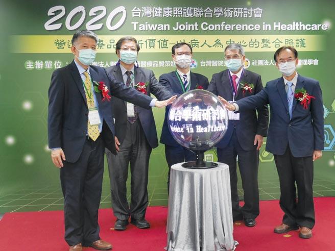 医策会执行长王拔群(左起)、医策会董事长林启祯、卫福部次长石崇良、台湾医院协会理事长翁文能、台湾医务管理学会理事长江宏哲。图/业者提供