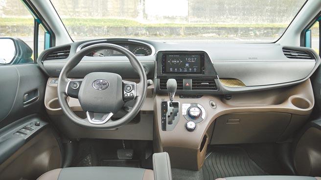 雙環自發光儀表附4.2吋MID顯示幕,搭配7吋TOYOTA Drive+ Connect主機,鋪陳出中控獨有層次美感。圖/于模珉