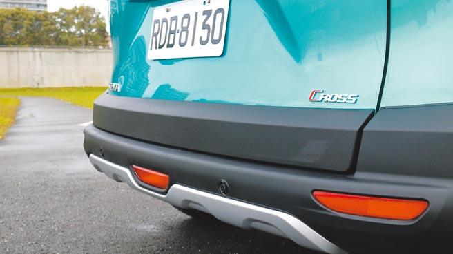 專屬徽飾使SIENTA CROSSOVER車尾有自己的辨識度。圖中還可見防刮後保桿飾板。圖/于模珉