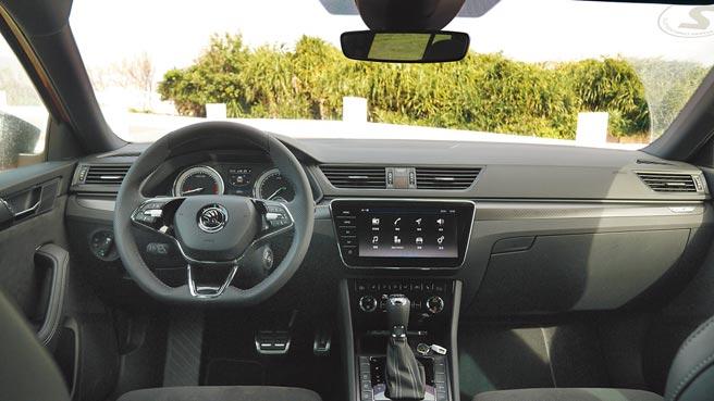 中控台可见9吋X-Media V智慧影音萤幕、跑格三环出风口,搭配平底跑车方向盘。同时内建同级唯一Apple CarPlay。图/于模珉