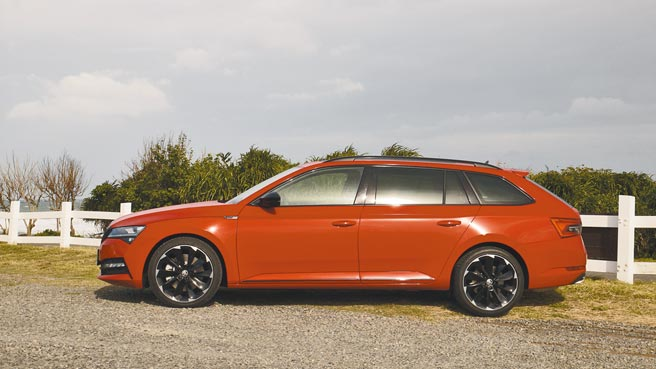 充满跑格又有个性的车侧,图中可见试驾车专属19吋SportLine铝圈。图/于模珉