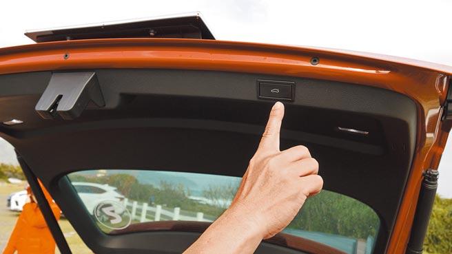SUPERB Combi顶级款首次搭载智慧体感电动启闭尾门,具备开启高度设定及防夹功能。图/于模珉