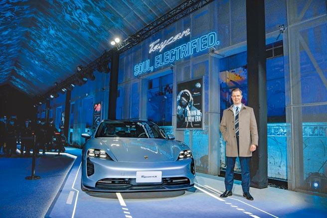 臺灣保時捷總裁Mathias Busse親自發表該廠首輛純電跑車Porsche Taycan。圖/業者提供