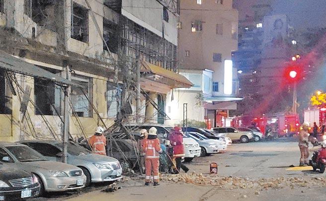10日晚間9時許發生芮氏規模6.7地震,是今年最大震外,也是9年來最大震。新竹市建中一路23巷29號舊國賓戲院附近,1棟大樓旁的鐵架等物震落,停在下方的6輛車被砸。(讀者提供)