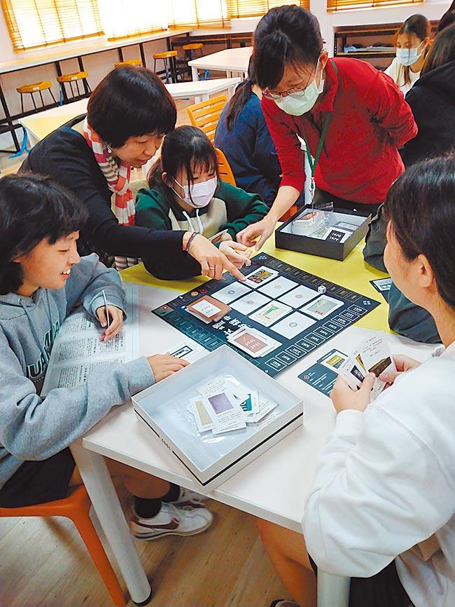 台南市家齊高中學生近日透過桌遊,感受白色恐怖時期作家的心情,並了解當時政治力量如何影響文學書寫。(校方提供/李宜杰台南傳真)