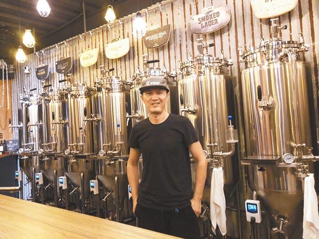 中年轉型,吳明龍從服飾設計師變成釀酒師。(讀者提供/程炳璋台南傳真)