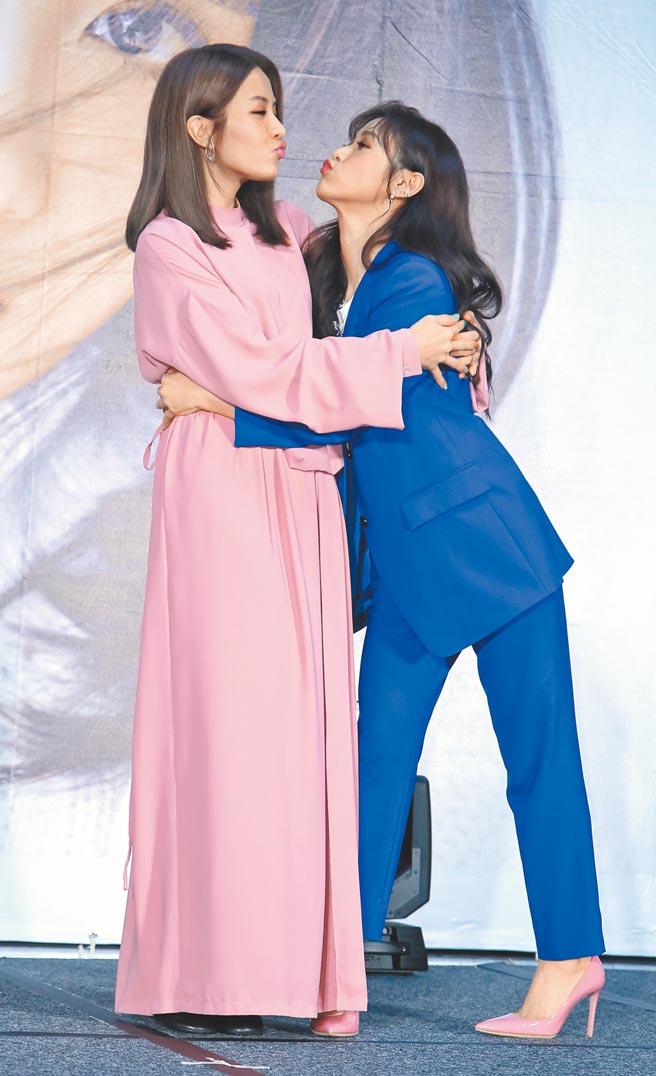 李宣榕(左)昨開心閨蜜吳姍儒把第一次發片記者會主持獻給她。(陳俊吉攝)