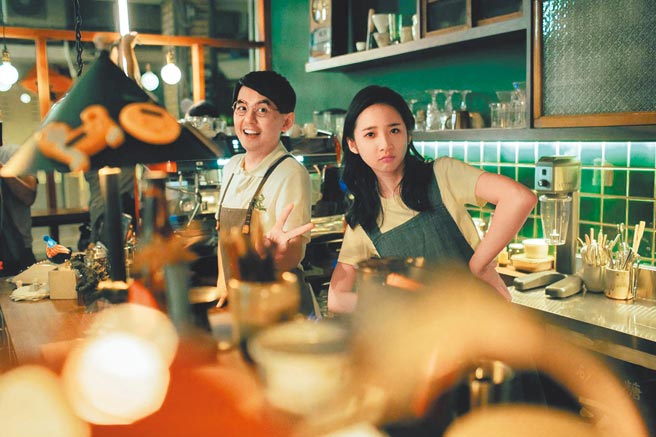 黃子佼(左)和李沐在MV裡飾演咖啡廳老闆與店員。(洒落嚴選行提供)