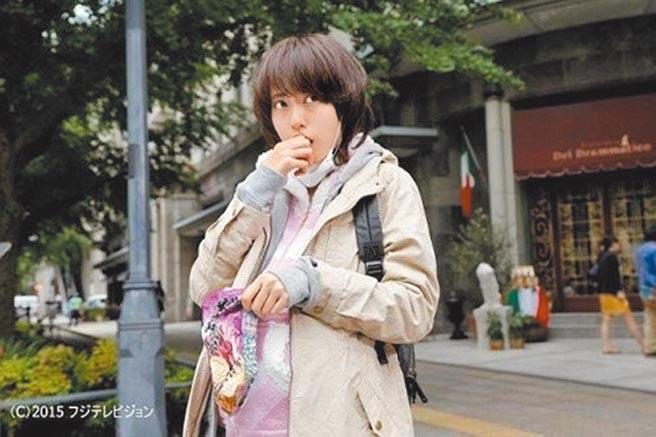 松坂桃李与户田惠梨香(如图)合演电影《王牌大骗局》结缘。(摘自电影剧照)