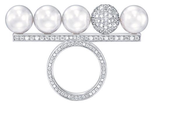 TASAKI balance signature decade pearls and diamonds戒指,101萬元。(TASAKI提供)