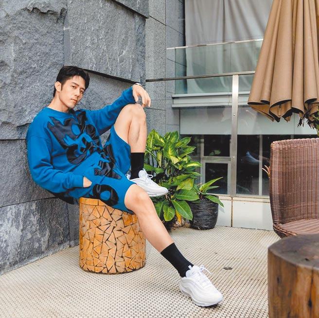 胡宇威以秋冬Moschino服裝拍攝形象照片。Moschino拼貼Logo大學上衣2萬1500元、拼貼Logo休閒褲2萬1500元。(藍鐘提供)