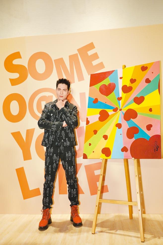 蕭敬騰出席自己的手搖飲料店開幕記者會,身上的層次穿搭讓人印象深刻。Moschino手繪人像外套3萬6500元、手繪人像長褲1萬8300元。(藍鐘提供)