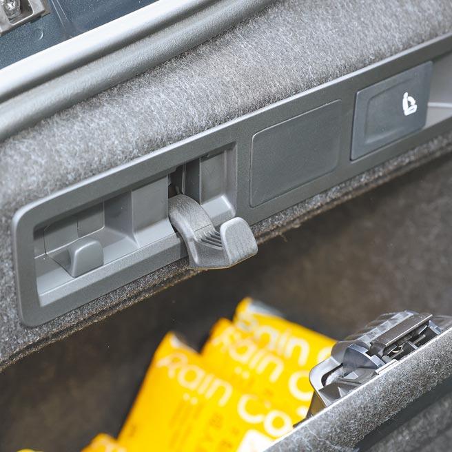 行李廂左側掛鉤,下方還有儲物空間。(圖/瘋得雄)