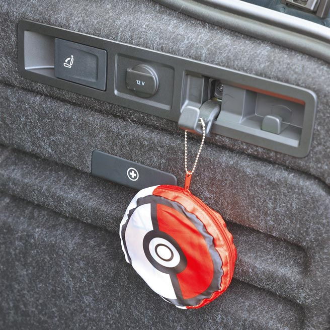 行李廂右側附有12V充電孔與置物掛鉤。(圖/瘋得雄)