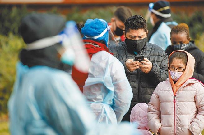 央视网评论以防疫不力批评美国制度不如大陆。图为12月9日,美国民眾排队等候进行新冠病毒检测。(新华社)