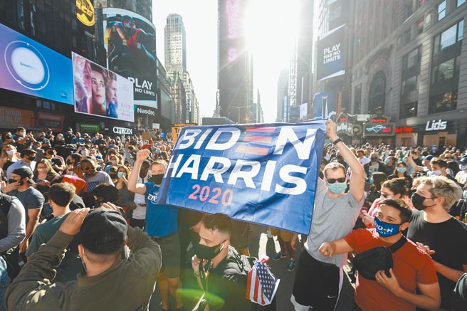 11月7日,美國民主黨總統當選人拜登的支持者上街慶祝勝選。(新華社資料照片)
