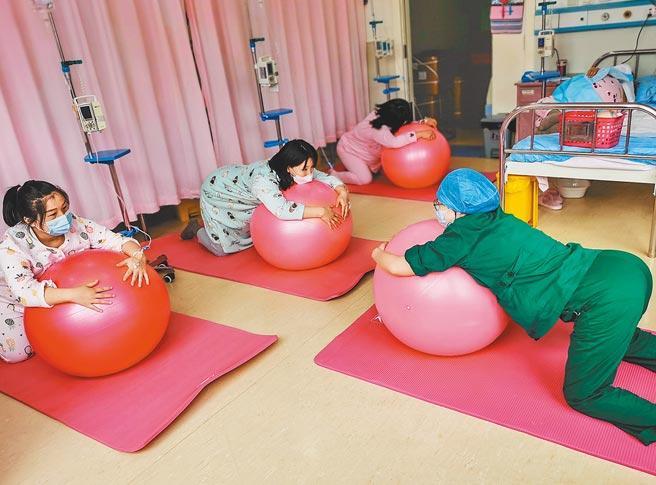 山東省濰坊市婦幼保健院,護士指導孕婦使用分娩球。(新華社資料照片)