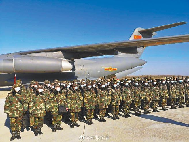 準備登上運-20的解放軍士兵。(取自微博@解放軍報)