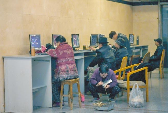 四川成都一證券營業部大廳內,股民關注股票行情。(中新社資料照片)