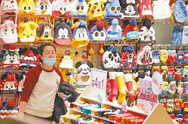 遼寧省瀋陽市的市民在商場購物。(中新社資料照片)