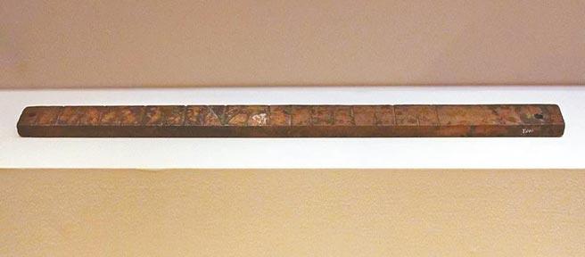 北宋木尺,一九二一年出土於河北巨鹿北宋古城,現藏中國國家博物館。長四二.八公分,寬二.七公分,標刻十三寸,據此可推算出當時一尺為三二.九公分。(時報出版提供)