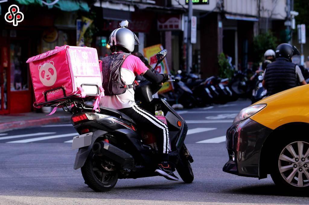 一名熊貓外送不慎打破店家花盆,儘管對方說免賠,但惦記5個月後依舊匯款賠償。(示意圖/本報資料照)