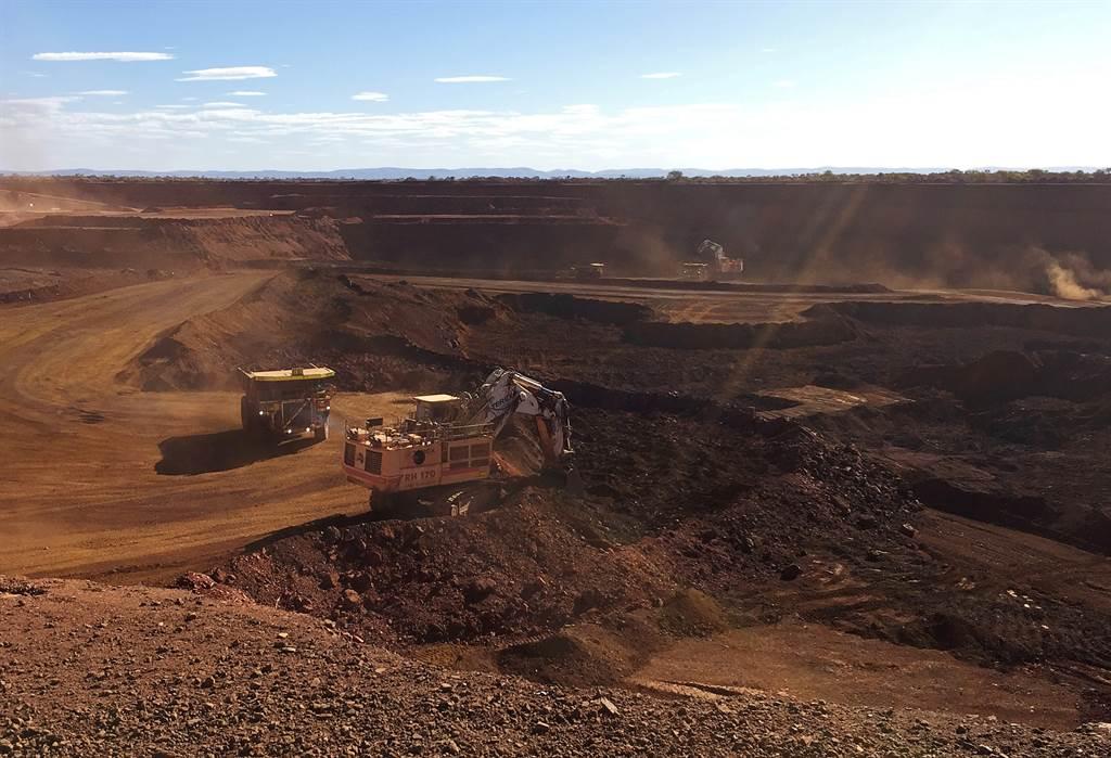 澳大利亞鐵礦石出口量佔全球53%,收入1020億美元,其中849億美元出口額由大陸貢獻。圖為西澳大利亞以自動設備進行開採的露天鐵礦。(圖/路透)