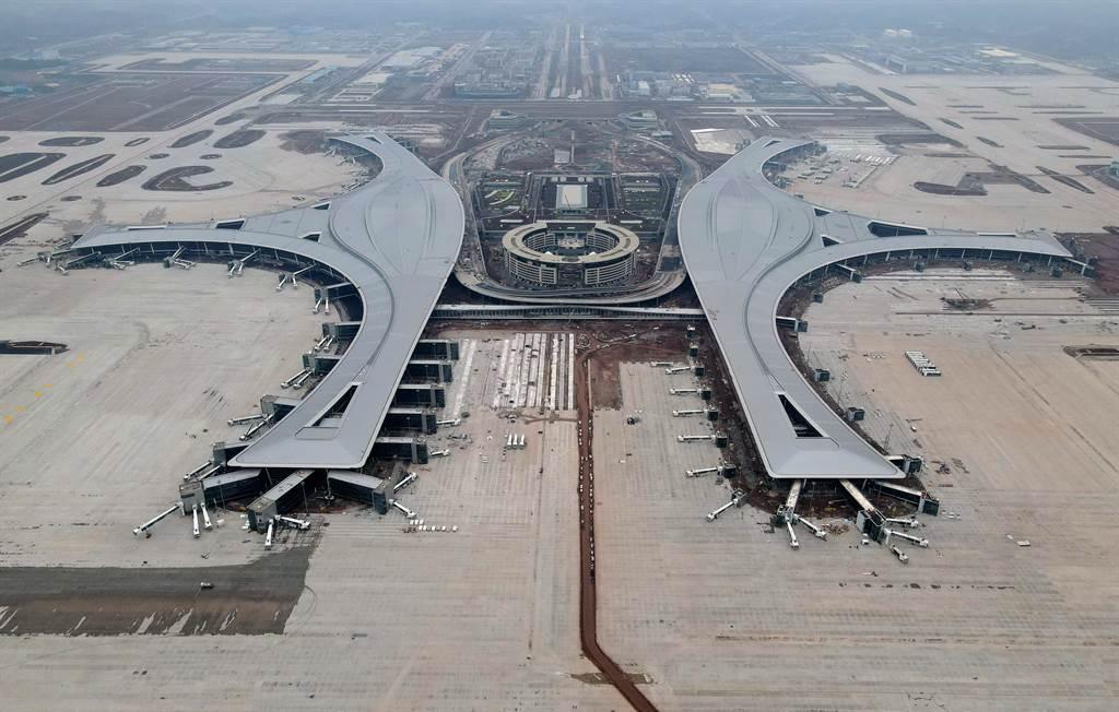 大陸現在處於疫情後的經濟恢復期,不斷擴大基建以刺激經濟,鐵路、機場、公路、橋樑和港口都需要大量的鋼鐵。圖為興建中的四川天府國際機場。(圖/新華社)