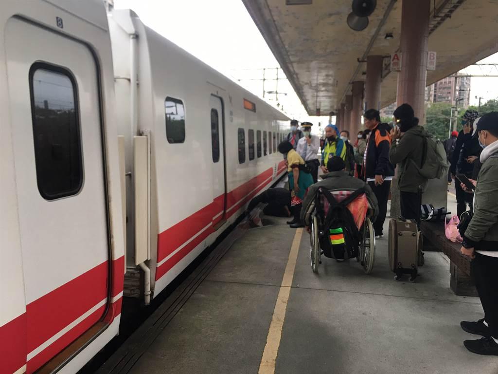 台鐵羅東站今(12日)上午驚傳婦人跳軌,台鐵人員緊急救援中。(圖/戴志揚攝)