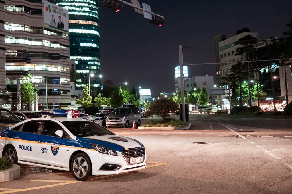 12年前因綁架性侵女童,震驚韓國社會的性侵犯趙斗淳已於12日出獄,即使警方特別替他安排專車護送以免遭民眾襲擊,但包圍在監獄前的民眾仍怒嗆「把他交出來」。圖為南韓警方。(示意圖/達志影像)