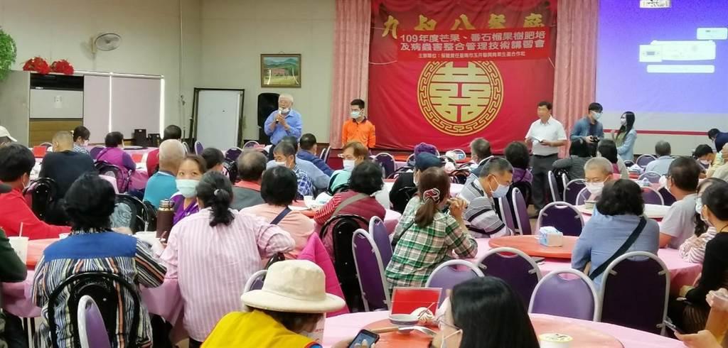 台南市消防局趁青果生產合作社舉辦技術講習會時,宣導「果農倉庫作業場所防火自檢表」。(台南消防局提供/劉秀芬台南傳真)