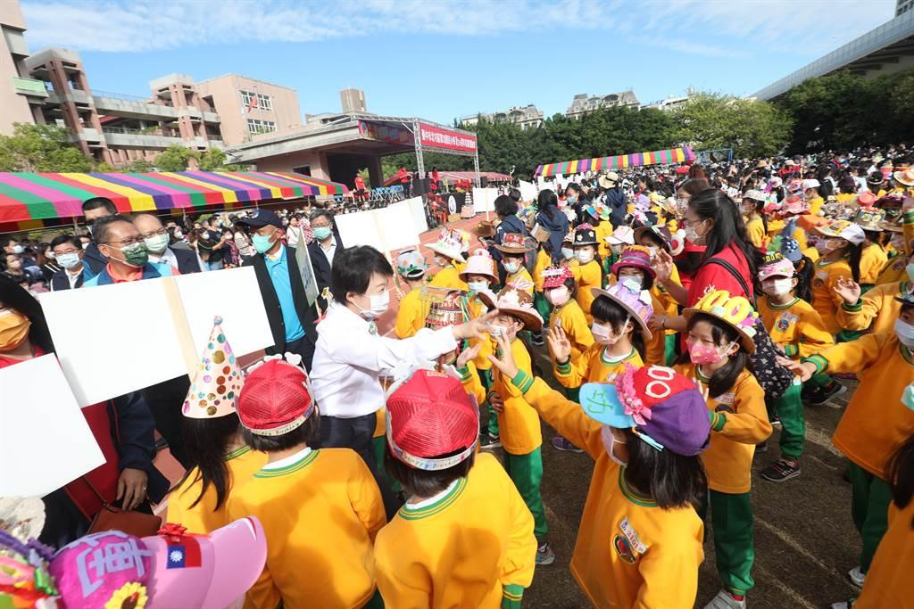 台中市長盧秀燕參加軍功國小百年校慶活動,與學童們共同見證校園百年風華。(馮惠宜攝)