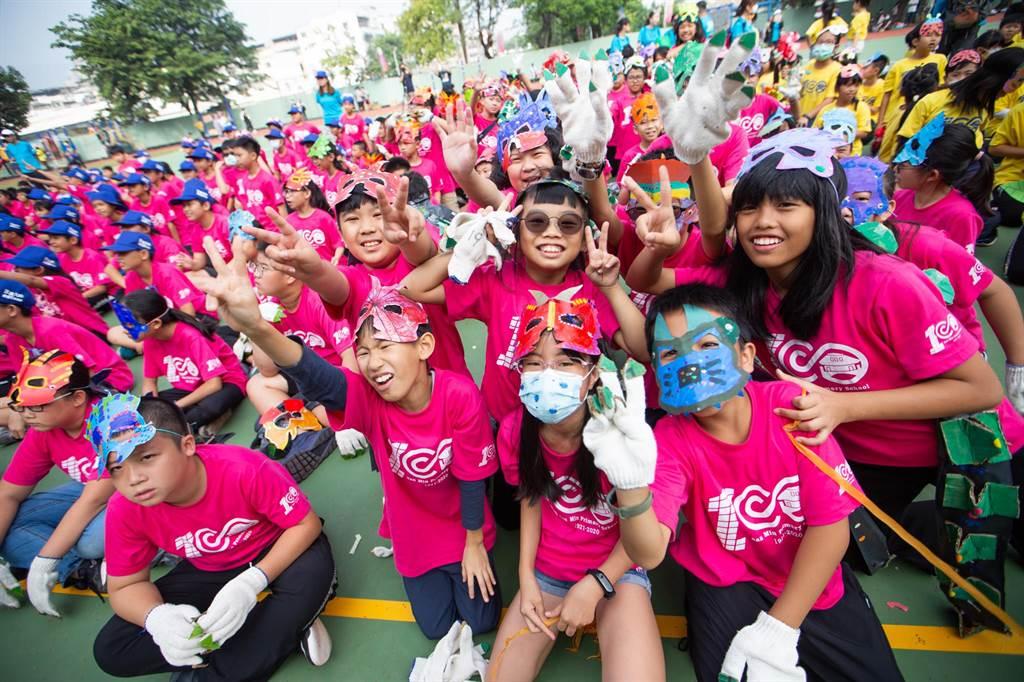 三民國小師生一早便沿著三鳳中街舉辦化妝遊行。(袁庭堯攝)