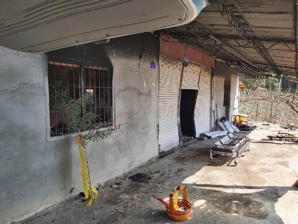 台中東勢工寮燒成廢墟,警消清理火場發現一具男性焦屍。(民眾提供/王文吉台中傳真)