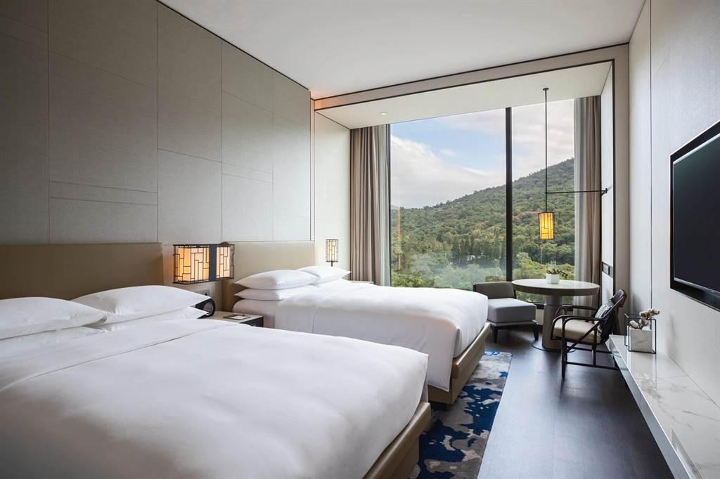 「台北士林萬麗酒店」尊貴山景客房兩中床。(台北士林萬麗酒店提供)