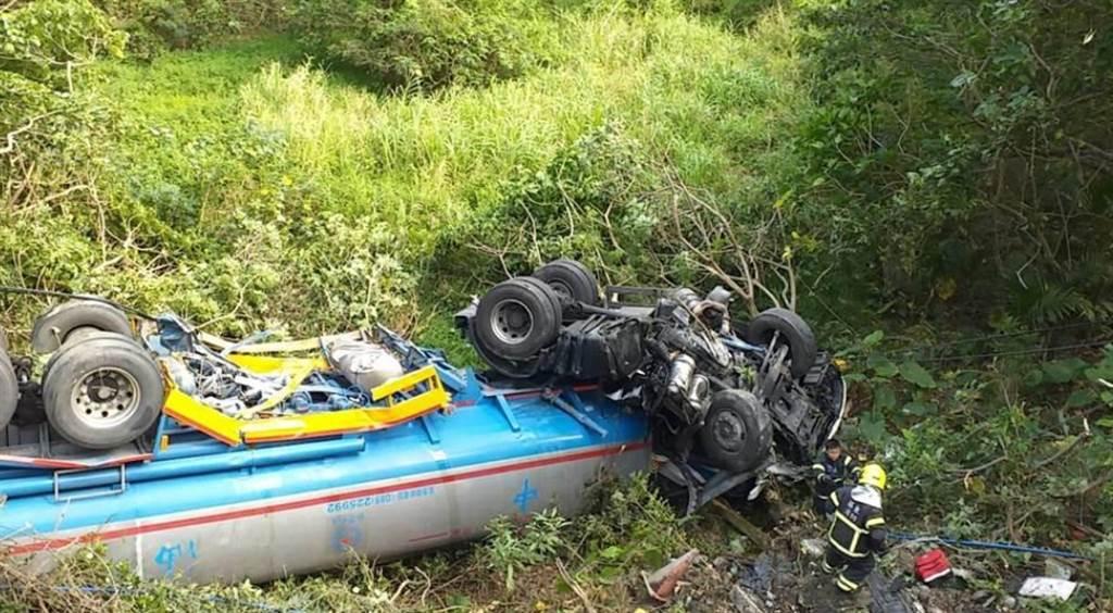油罐車被跨越雙黃線的藍寶堅尼撞墜9米山坡。(中時資料照)