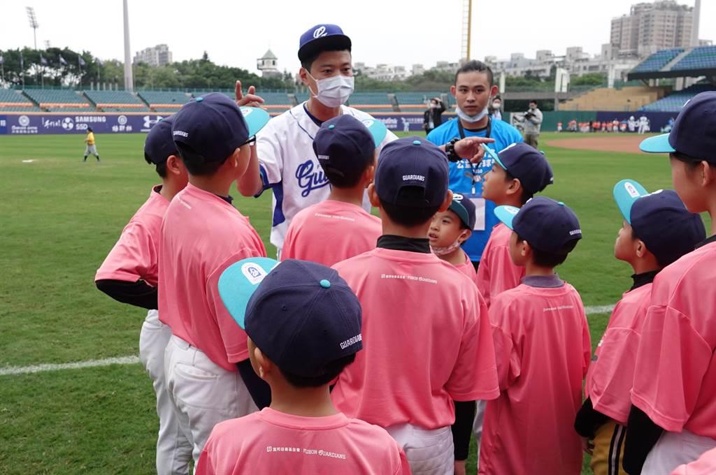 富邦悍將林宥穎(中後)擔任「2020悍動希望公益棒球營」教練。(毛琬婷攝)