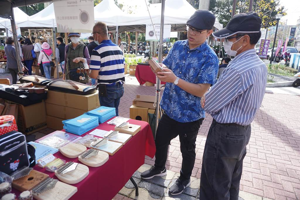 木创业者展售时下流行的拇指琴。(王文吉摄)