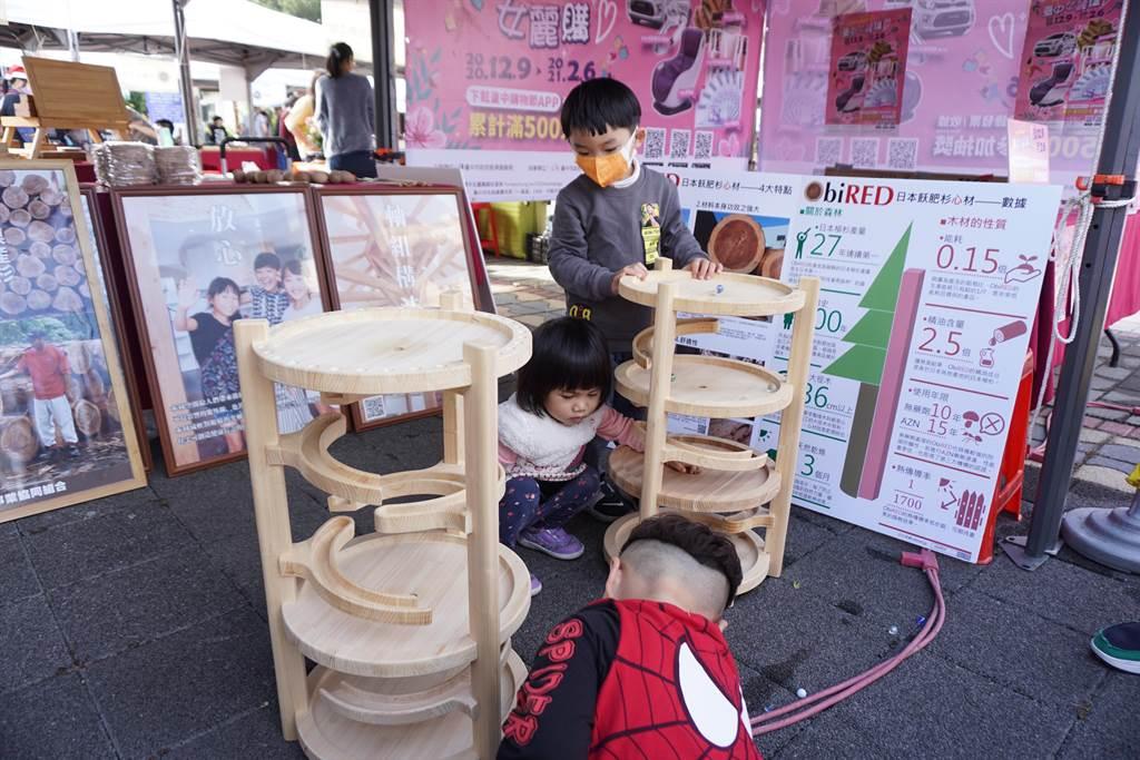 森林木创市集提供木作玩具让孩童体验。(王文吉摄)