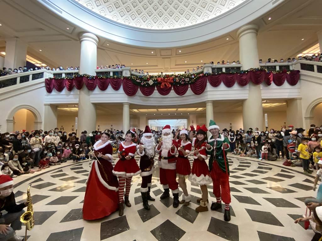 奇美博物館連續3年應景耶誕推出「奇美耶誕周末」,吸引大小朋友慕名來體驗濃濃耶誕氣息。(曹婷婷攝)