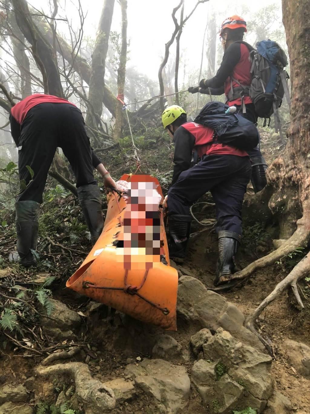男子隨團攀登北德拉曼山,卻因身體不適突倒地身亡,警消人員救護中。(翻攝照片)