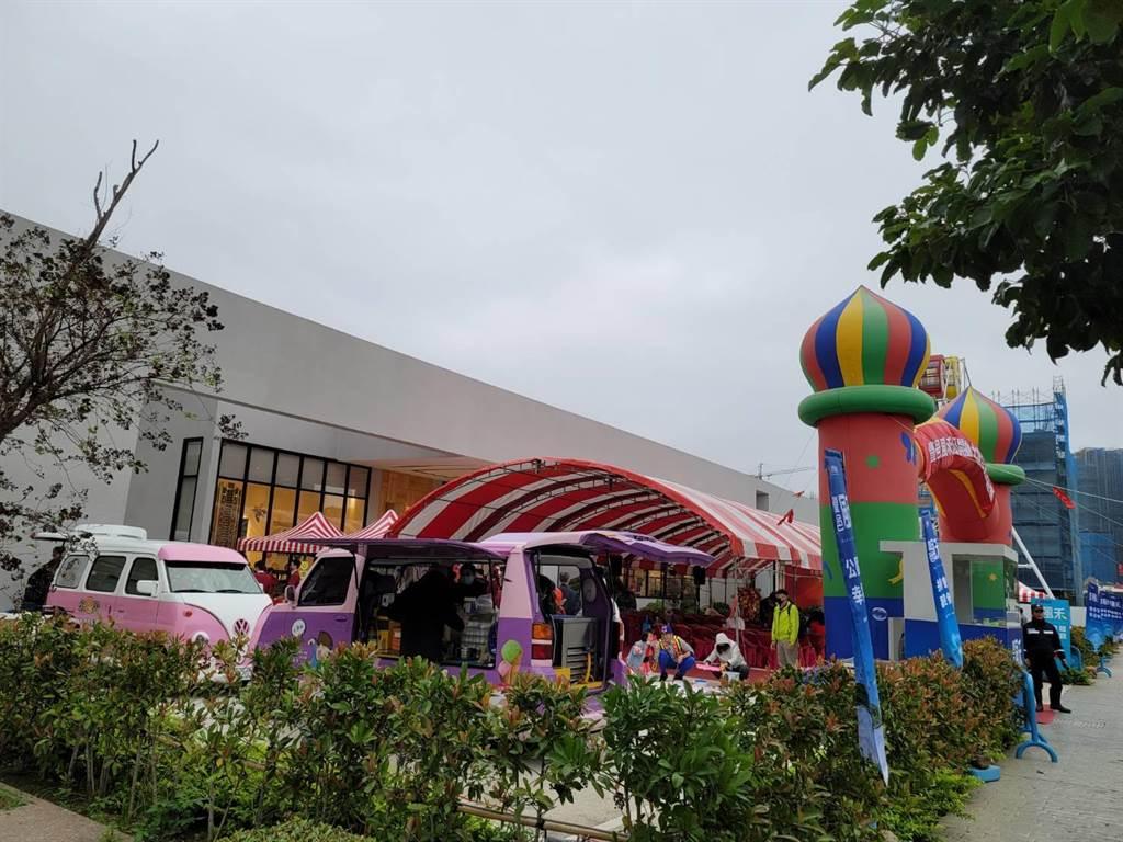 豐邑機構攜手創意家行銷,捐贈10萬元公益金予桃園在地弱勢團體「心燈啟智教養院」,並舉辦熱鬧溫馨的公益園遊會。(王莫昀攝)