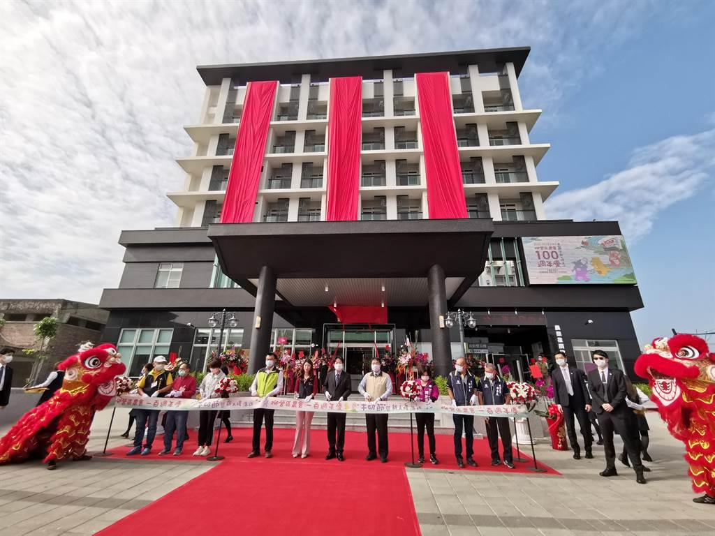台南市柳營區農會成立100周年,12日舉辦新大樓落成慶祝活動,副總統賴清德(左六)也出席剪綵。(劉秀芬攝)