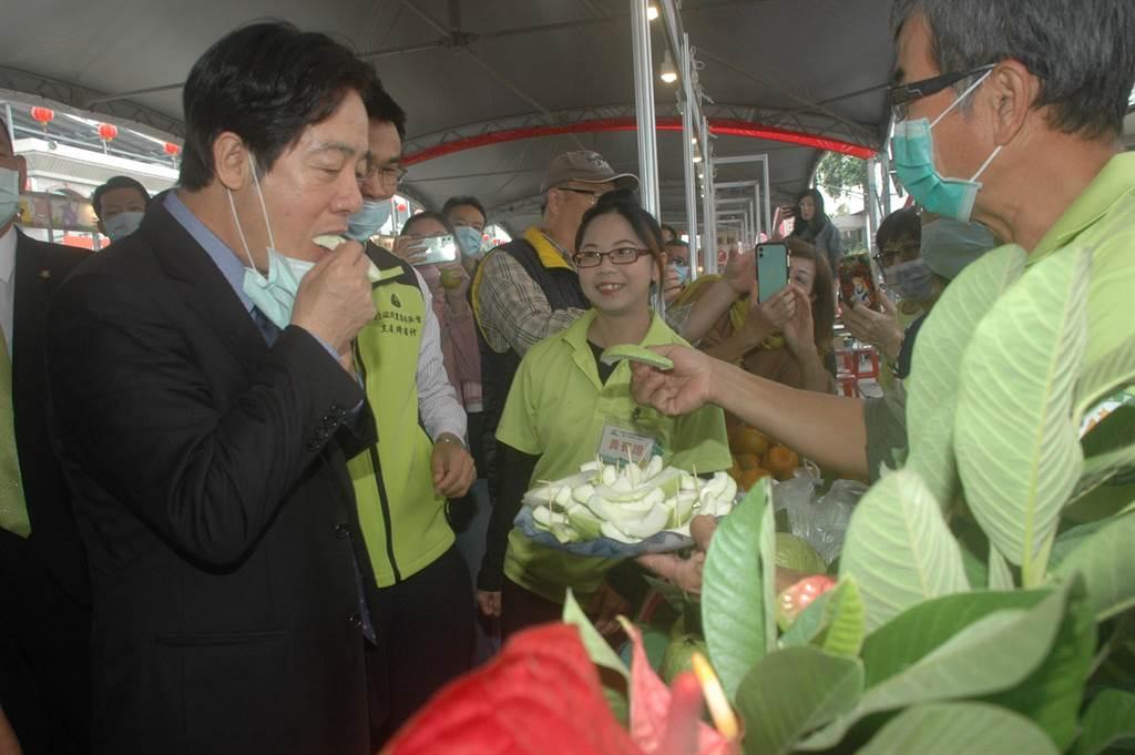 賴清德出席柳營區農會百周年活動,試吃青農種植芭樂。(劉秀芬攝)
