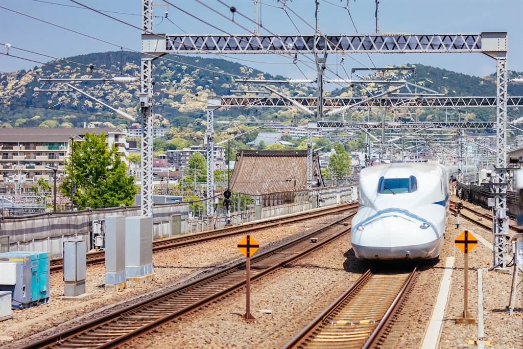 日本東北地方外海今天下午發生推估規模5.5有感地震,東北新幹線在感知到地震發生後一度停駛,待確認安全無虞已恢復行駛。(示意圖/shutterstock)