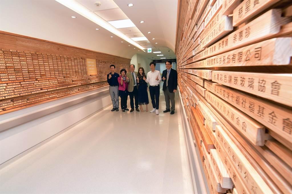 東基癌症大樓「馨香牆」鑴刻愛心捐款者名字,12日辦理感恩儀式。(莊哲權攝)