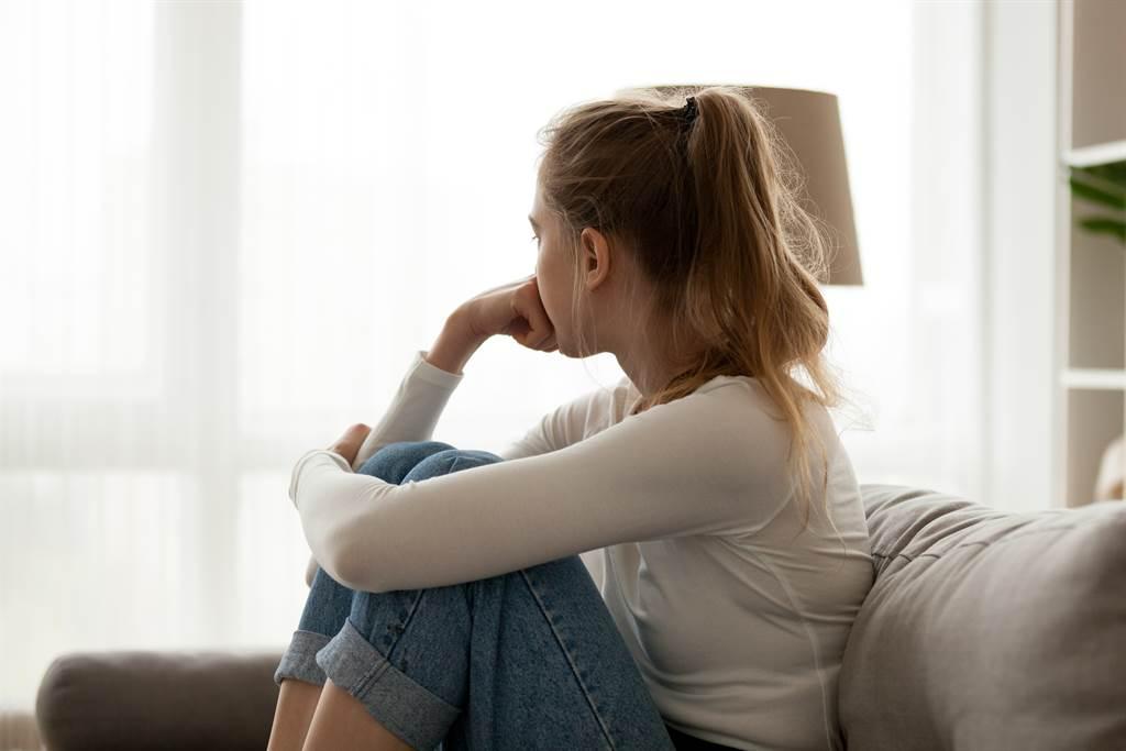 女子被超渣男友吃软饭,她还被社区管理员告知对方劈腿,让她崩溃提告。(示意图/达志影像/Shutterstock提供)