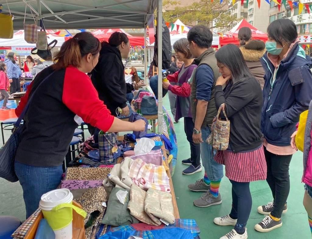 金湖鎮創意市集迎來遊客人潮,木棉道廣場好熱鬧。(金湖鎮公所提供)